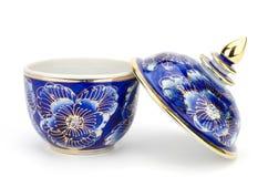 Kolorowy ceramiczny artykuły handcraft puchar odizolowywającego na białym backgroun fotografia stock