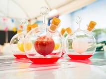 Kolorowy chemiczny fluid w naukowym zdjęcia royalty free