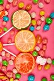 Kolorowy cukierek, galareta, lizak na kiju, rozpraszać stubarwni cukierki obraz royalty free