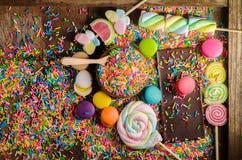 Kolorowy cukierek i Chocolet, Macaron na drewnianym stole Obraz Stock