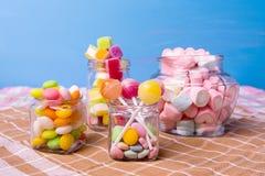Kolorowy cukierek w słoju na drewnianej stołowej selekcyjnej ostrości Fotografia Royalty Free