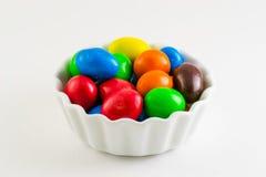 Kolorowy cukierek w spodeczku na białym tle Obraz Royalty Free