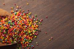 Kolorowy cukierki kropi na drewnianym tle obrazy stock