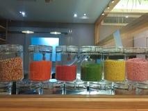 Kolorowy cukierki w szklanej butelce obrazy royalty free