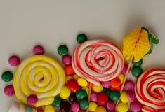 kolorowy cukierku cukierki Menchii, koloru żółtego i zieleni cukierki, Zdjęcie Royalty Free