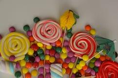 kolorowy cukierku cukierki Menchii, koloru żółtego i zieleni cukierki, Zdjęcia Stock