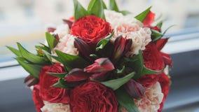 Kolorowy - czerwień i zieleń - poślubiający kwiat - panny młodej ` s bukiet przy okno, zamyka up Obraz Stock