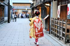 Kolorowy czerwieni i koloru żółtego kimono w Kyoto obrazy stock