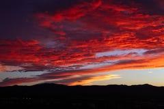 Kolorowy czerwony zmierzchu niebo nad prescottem, Arizona zdjęcia stock