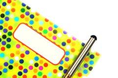 Kolorowy deseniowy notatnik z piórem Zdjęcie Royalty Free