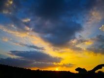Kolorowy dramatyczny niebo z zmrok chmurą nad sylwetki agri Obrazy Royalty Free