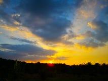 Kolorowy dramatyczny niebo z zmrok chmurą nad sylwetki agri Fotografia Royalty Free