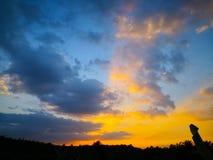 Kolorowy dramatyczny niebo z zmrok chmurą nad sylwetki agri Obraz Royalty Free