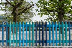 Kolorowy drewniany ogrodzenie w różnych cieniach błękit obrazy royalty free