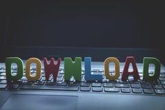 Kolorowy drewniany słowa ściąganie na laptop klawiaturze Zdjęcia Royalty Free