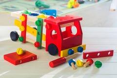 Kolorowy drewniany samochodowy konstruktor dla dzieci Preschool edukacji pojęcie z wiele szczegółami, śrubokrętem i śrubami na dr zdjęcia stock