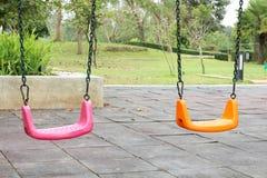 Kolorowy dzieciaka boiska park publicznie, set nowożytne łańcuszkowe huśtawki obraz stock