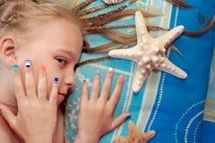 Kolorowy dziecka ` s denny manicure na dziewczynie zdjęcia royalty free
