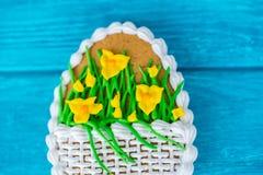 Kolorowy Easter ciastko na błękitnym drewnianym tle makro- obraz stock