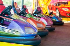 Kolorowy elektryczny rekordowy samochód w fairground przyciąganiach przy parkiem rozrywki obrazy royalty free
