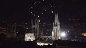 Kolorowy fajerwerku pokaz nad gothic katedrą w Burgos, Castilla y Leon, Hiszpania zdjęcie wideo