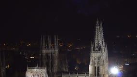 Kolorowy fajerwerku pokaz nad gothic katedrą w Burgos, Castilla y Leon, Hiszpania zbiory wideo
