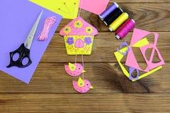 Kolorowy filc dom z ptak ściany ornamentem Szwalni materiały i narzędzia tworzyć ściennego obwieszenie ornamentują używać czuję Fotografia Royalty Free