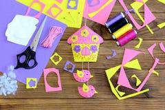Kolorowy filc dom z ptaka ornamentem na drewnianym tle Szwalni materiały i narzędzia tworzyć odczuwaną ściennego obwieszenia deko Zdjęcie Royalty Free