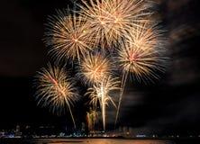 Kolorowy firewok przy Internationa fajerwerku festiwalem w Pattay zdjęcia stock