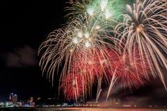 Kolorowy firewok przy Internationa fajerwerku festiwalem w Pattay fotografia royalty free