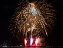Kolorowy firewok przy Internationa fajerwerku festiwalem w Pattay obrazy stock