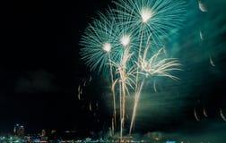 Kolorowy firewok przy Internationa fajerwerku festiwalem w Pattay obrazy royalty free