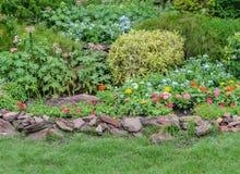 Kolorowy flowerbed na gazonie Zdjęcia Royalty Free