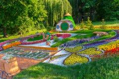 Kolorowy flowerbed z przyćmiewa i ich dom budujący kwiaty Obraz Stock