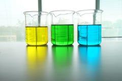 Kolorowy fluid w szklanym artykuły obrazy stock