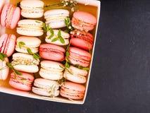 Kolorowy francuski macarons tło, zamyka up Różny kolorowy macaroons tło Smakowity słodki koloru macaron, piekarnia Fotografia Stock