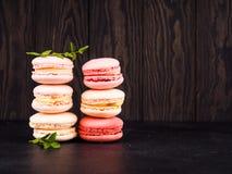 Kolorowy francuski macarons tło, zamyka up Różny kolorowy macaroons tło Smakowity słodki koloru macaron, piekarnia Fotografia Royalty Free