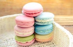 Kolorowy Francuski macaroon deser na koszu Zdjęcie Royalty Free