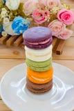 Kolorowy francuz Macarons Na drewnianym panelu Obrazy Stock
