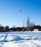 Kolorowy gorące powietrze balonu latanie nad śnieg zakrywał pole Zdjęcie Royalty Free