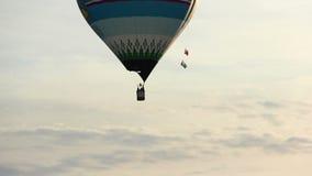 Kolorowy gorące powietrze balonu latanie w nieba zakończeniu up zbiory