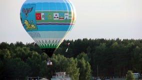 Kolorowy gorące powietrze balonu latanie w nieba zakończeniu up zdjęcie wideo