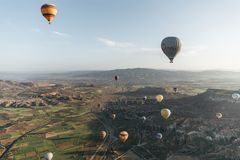 kolorowy gorące powietrze szybko się zwiększać latanie nad majestatyczny krajobraz w cappadocia, indyk Obrazy Royalty Free