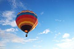 Kolorowy gorące powietrze balonu latanie na niebie Zdjęcia Stock