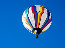 Kolorowy gorące powietrze balonu latanie w jaskrawym niebieskim niebie Obraz Stock