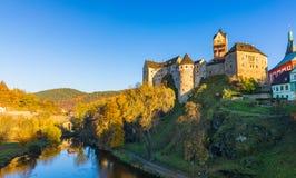 Kolorowy grodzki Loket w jesieni nad Eger rzeką w Sokolov Dis zdjęcia royalty free