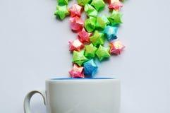 Kolorowy gwiazda papieru szaleństwo od filiżanki na białym tle zdjęcie royalty free