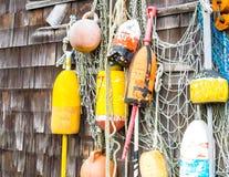 Kolorowy homar pociesza obwieszenie na wietrzejącej ścianie w Massachusetts zdjęcia stock