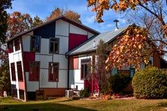 Kolorowy i Artystyczny Przyglądający dom obrazy royalty free