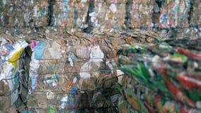 Kolorowy jałowy papier przy zakładem przetwórczym, zamyka up Stosy naciskający papier są przy fabryką zdjęcie wideo
